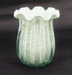 Vaso de Murano na cor branco leitoso com pó de ouro. Medidas 19 x 13 cm.