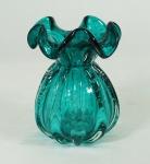 Vaso de Murano na tonalidade azul. Medidas 17 x 12 cm.