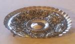Fruteira em prata portuguesa, contraste P Coroa, contraste prateiro, ricamente decorada c/ medalhões sob 3 pés em formato de leões alados, 29 cm de diâmetro, peso 645g
