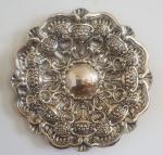 Medalhão em prata portuguesa, ricamente trabalhado, relevo decorado c/ flores, taças e conchas, 55 cm de diâmetro, peso 2.260g