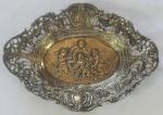 Pequena salva em prata européia, decoração central  c/ anjos, galeria vazada, medindo 13x18 cm, peso 118 g