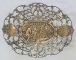 Salva de prata europeia, centro com decorado com cena de colheita, inscrição em hebraico, medindo 12x15 cm, peso 90 g. ( pequeno defeito necessita de solda)