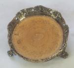 Pequena salva, porta aliança, em prata portuguesa, contraste P coroa 800 mol, galeria vazada, decorada c/ flores, apoiada sob 3 pés em garra, medindo 9 cm de diâmetro, peso 108 g.