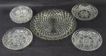Lote contendo 5 diferentes peças em vidro, sendo: prato (24 cm), 3 pratinhos (bordas com bicados - 14 cm) e bowl (pequeno bicado na base- 5 x 11 cm)