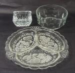 Lote contendo  3 peças em grosso vidro, sendo:  1 petisqueira decoração com frutas  (28 cm), 1 cinzeiro ( 6 c 10 cm) e 1 bowl  ( 8 x 17 cm).