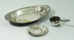 Lote contendo 2 peças em metal espessurado a prata , sendo: 1 coador de chá com pires(pé quebrado) e 1 petisqueira . No estado(marcas de uso).