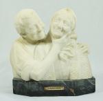 Escultura em mármore representando Rimembranza (lembrança), base em mármore. Medida total  30x29 cm.
