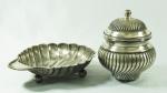 Lote com 2 peças em metal espessurado a prata, sendo: 1 bomboniere (19 cm ) e uma petisqueira no formato de concha ( 24 cm)