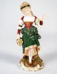 Grupo escultórico em porcelana policromada representando Dama com cesta de flores med. 20 cm