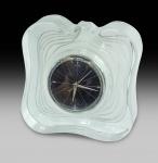 DAUM NANCY. Relógio em cristal. Década 50/60. Assinado. Medidas 16 x 5 x 15 cm.