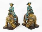 Par de esculturas em cloisonne policromado, representando Dignitários sobre elefantes. Bases em madeira . Medidas : escultura 30 x 27 cm.  base 15 x 21 cm.