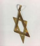 Pingente em ouro 18k, representando Estrela de Davi estilizada, med.: 65x35 mm, peso 8.8 gr