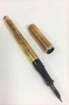 Caneta tinteiro, corpo e tampa plaqueados a ouro, medindo 12.5 cm, peso 15.2 gr