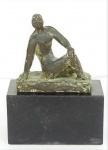 BRUNO GIORGI. Escultura em bronze representando Mulher agachada, com placa de identificação. Base em mármore negro. Medidas : escultura 13 x 13 x 5 cm   base 10 x 17 x 9 cm.