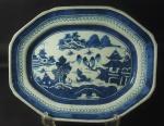 Travessa funda de porcelana chinesa de Macau, medindo 40x32cm.
