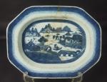 Travessa funda de porcelana chinesa de Macau medindo 36x28cm. Contém restauro.
