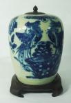 """Potiche com tampa em porcelana chinesa """"azul borrão"""" medindo 30cm com base em madeira."""