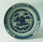 Pequeno prato redondo em porcelana chinesa de Macau, 14cm de diâmetro. Marcado na base.