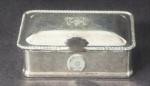 Cata migalha em metal prateado, medindo 11x8cm. Falta a alça.