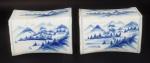 """Par de """"travesseiro"""" em porcelana chinesa azul e branca. Medida 17x12x9cm."""