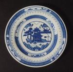 Pequeno prato de porcelana chinesa de Macau marcado Made in China. 16cm de diâmetro.
