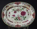 Travessa em porcelana chinesa  Cia. das Índias Família Rosa. Medida 26x20cm. Contém restauro.