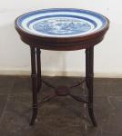 Travessa em porcelana chinesa de Macau com mesa acoplada em madeira nobre. Medida da travessa 47x41cm. Medida da mesinha 55x50x44cm.