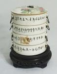 Marmiteira com tampa em porcelana chinesa com 4 recipientes. Decoração floral com inscrições e assinada. Medida: 15cm de diâmetro, 18cm de altura total (cada uma com 4 cm).