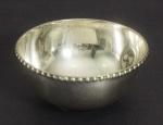 Pequeno bowl em prata portuguesa com borda perolada. Medida: 5,5cm de altura, 10cm de diâmetro, 89g.