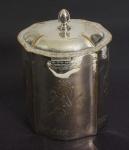 Tea cad em prata expessurada, marca Sheffield Plate. Medida: 15x11cm, peso 337g.