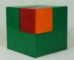 Quadrado em acrílico verde com pequeno quadrado vermelho e laranja - MBA. Medida: 15x15 e 7,5x7,5. Apresenta pequeno quebrado na borda.