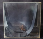Escultura em metal prateado dentro de caixa de acrílico, do artista plástico brasileiro Paulo Roberto Leal, 1973, 49/100. Medida: 20x8cm.