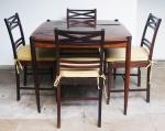 Mesa de jogo com tampo reversível e 4 (quatro) cadeiras com almofadas e assento em palhinha. Medida mesa: 83cm de altura e tampo 90x90cm. Medida cadeira: 85x41x40cm.
