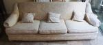 Sofá estofado com 3 (três) almofadas. Medida: 76x221x85cm.