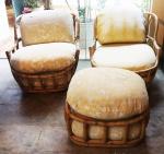 Par de poltronas que giram em bambú com 1 (uma) banqueta. Medida poltrona: 70x73x82cm. Medida banqueta: 39x59x63cm.