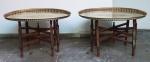 Par de mesas com pés em madeira trabalhada e bandejas turcas no formato oval em metal dourado. Medida total: 59x80x57cm.