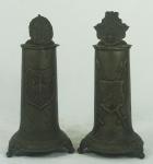 Dois tankards em estanho decorados com brasão, escudos e armas. Medida aproximada: 28cm de altura.