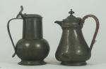 Duas peças em estanho: jarra com contraste inglês e bule com alça em palha com contraste Bell Brandi. Medida: 20cm e 19cm de altura. Apresentam marcas do tempo.