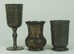 Conjunto de três peças em estanho: cálice contrastado (1º lugar de biriba - hotel Porto Belo 2003), copo contrastado JS x MG e pequena jarra com contraste Reed&Barton (apresenta marcas de uso). Medidas: 17cm, 10,5 e 10,5cm de altura.