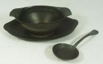 Molheira com colher em estanho, contraste Humpher Porcelain Co. Peking. Medida: 22x15cm.