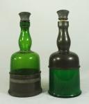 Lote composto por duas garrafas com tampa em vidro e estanho. Medida: 26cm de altura. apresenta desgaste de uso.
