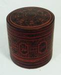 Marmiteira em laca chinesa policromada contendo 2 recipientes internos medindo 17cm de altura e 18,5cm de diâmetro. Necessita reparo na borda.