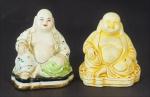 Lote composto por duas esculturas representando figura de buda: uma em porcelana policromada medindo 9,5cm de altura e outra de gesso medindo 8cm de altura.