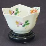Pequeno bowl em porcelana policromada medindo 6cm de altura. Acompanha peanha. Altura com peanha: 8,5cm.