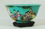 Bowl em porcelana chinesa policromada com figuras, flores e interior verde medindo 10cm de altura e 20,5 cm de diâmetro, acompanha peanha. Altura com a peanha: 12cm. Apresenta pequeno trincado na borda.