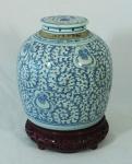 Potiche com tampa em porcelana chinesa azul e branca, decoração floral, medindo 24cm de altura. Acompanha peanha. Altura total: 30cm. Apresenta inscrição no gargalo.