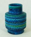 Vaso em porcelana italiana azul e verde medindo 29cm de altura e 16cm de diâmetro.