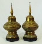 Par de potiches oriental em metal dourado e decoração com gomos medindo 28cm de altura, acompanha peanha. Altura total: 31cm.