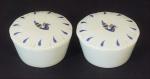 Dois porta jóias em porcelana Limojes com tampa medindo 4cm de altura e 9cm de diâmetro cada.