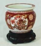 Pequeno potiche em porcelana chinesa com reservas florais medindo 11cm de altura e 12cm de diâmetro, acompanha peanha. Altura total: 14cm.